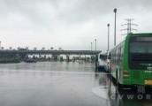 公交赶赴蔡甸转移村民 扬子江客车担当主力