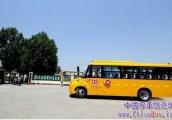 """天津颁发第一块校车牌照 32辆智能校车有了正式""""身份证"""""""