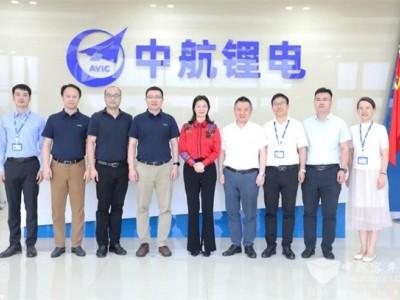中航国际副总经理黄勇峰一行到中航锂电考察交流